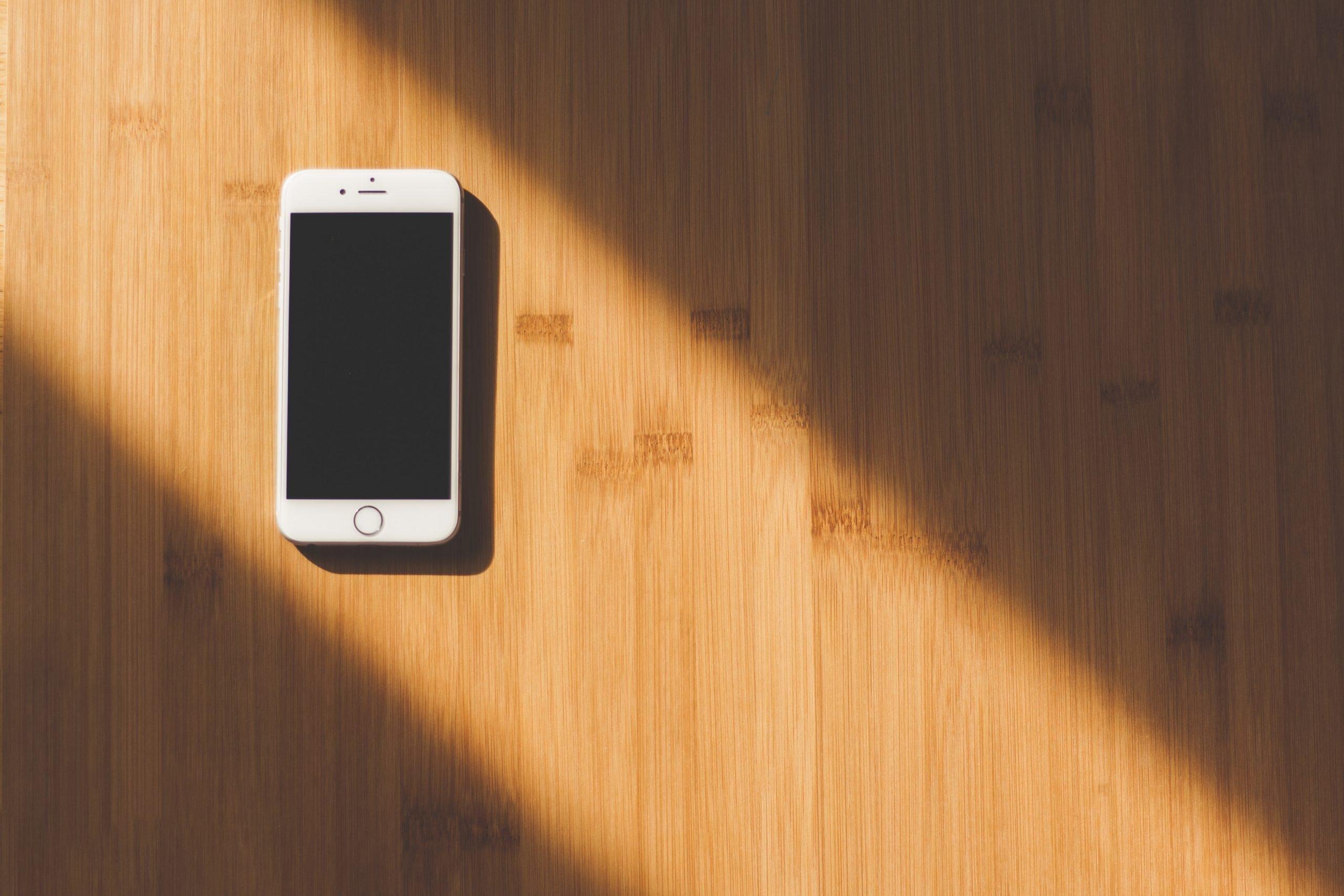 تصميم مواقع الويب white apple iphone on wooden table 48605 scaled